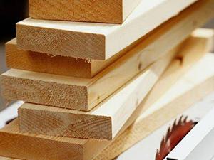 Обрезная доска – это пиломатериал, изготовленный из бревен деревьев преимущественно хвойных пород. Различные пиломатериалы для строительства и отделки можно купить на Стройсматом. Стройсматом - первый строительный интернет-рынок.
